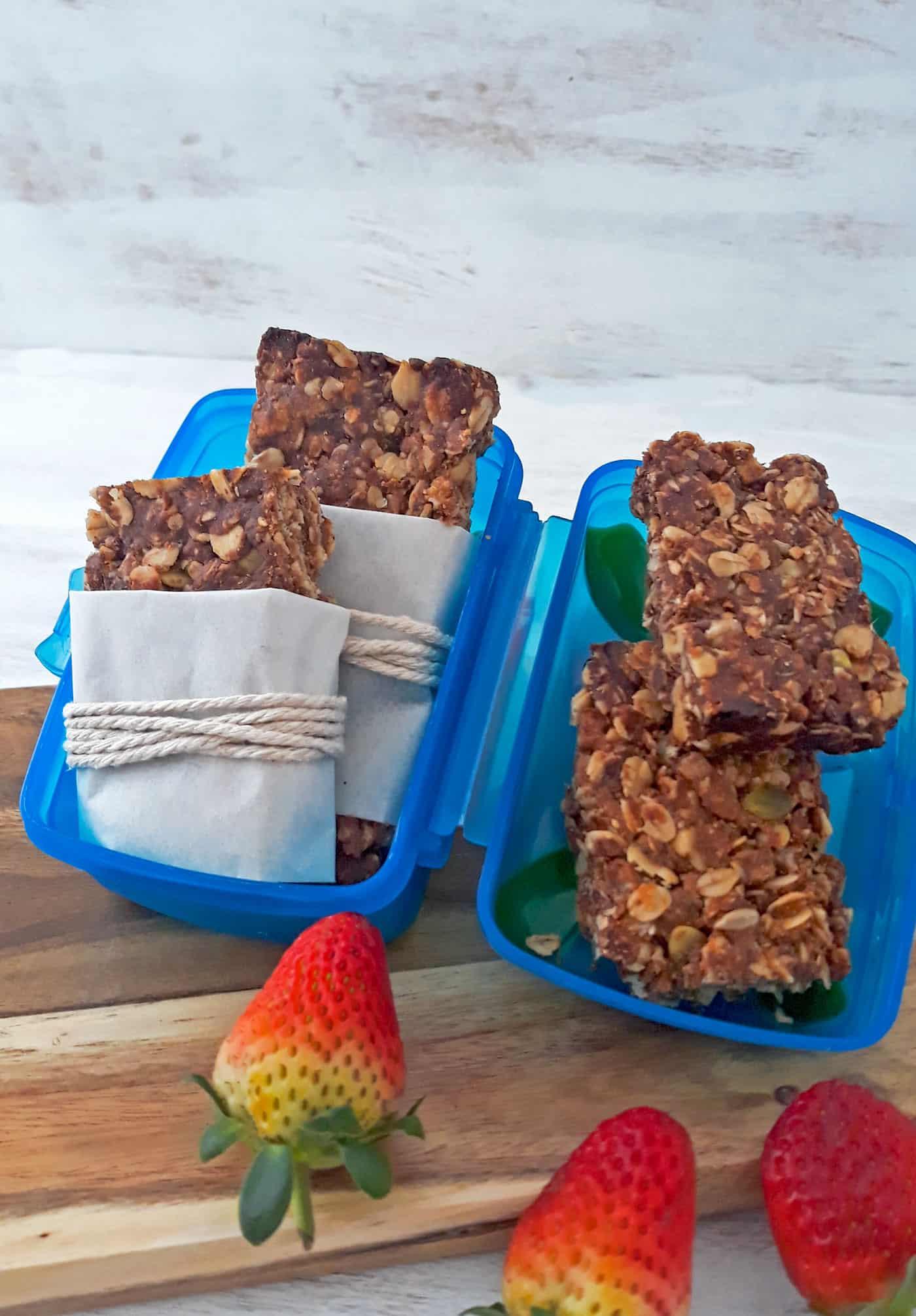 barras de cereal en contenedor azul con fresas