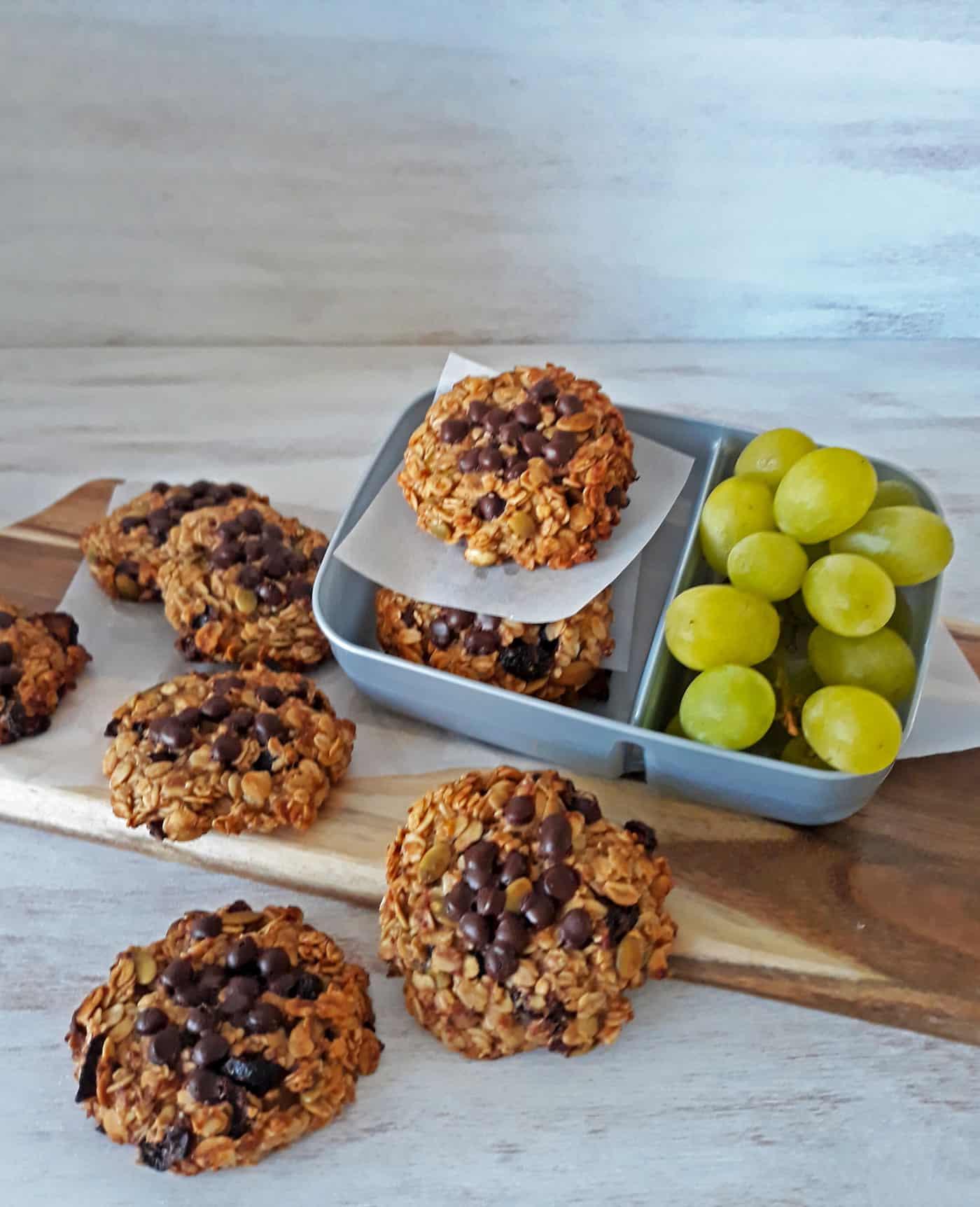 galletas de avena y chips de chocolate con uvas verdes sobre una mesa