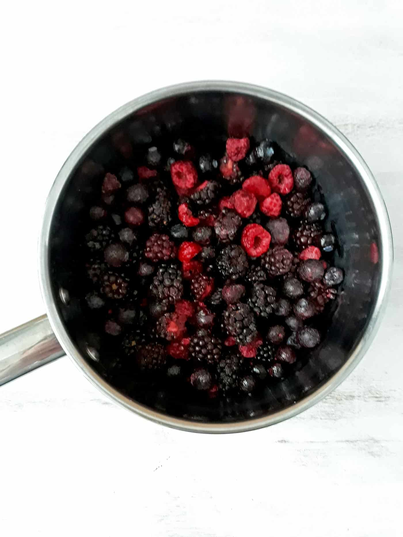 olla con frutos rojos congelados