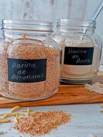 harina de avena y harina de almendras en frascos de vidrio