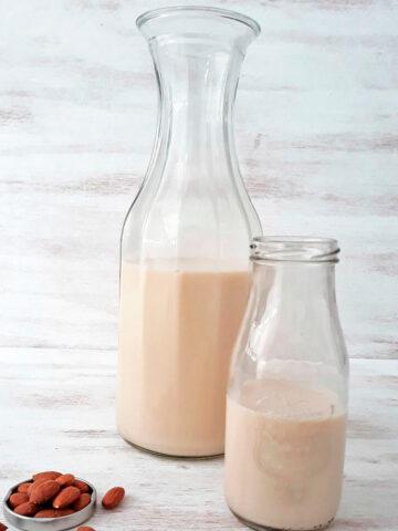 dos botellas de leche de almendras sobre una mesa