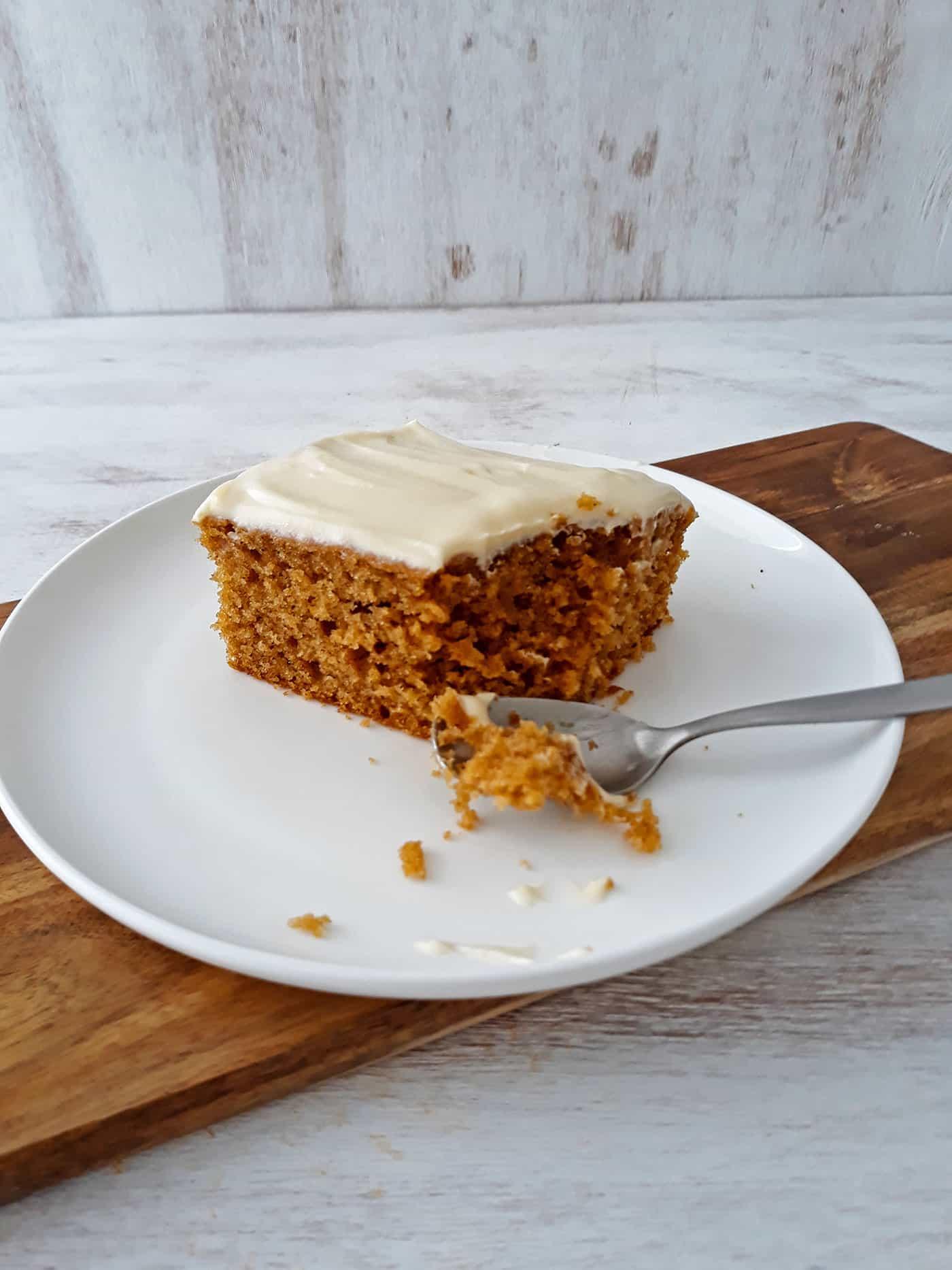 torta de calabaza servida en un plato blanco con una cuchara