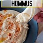 hummus servido en un plato negro
