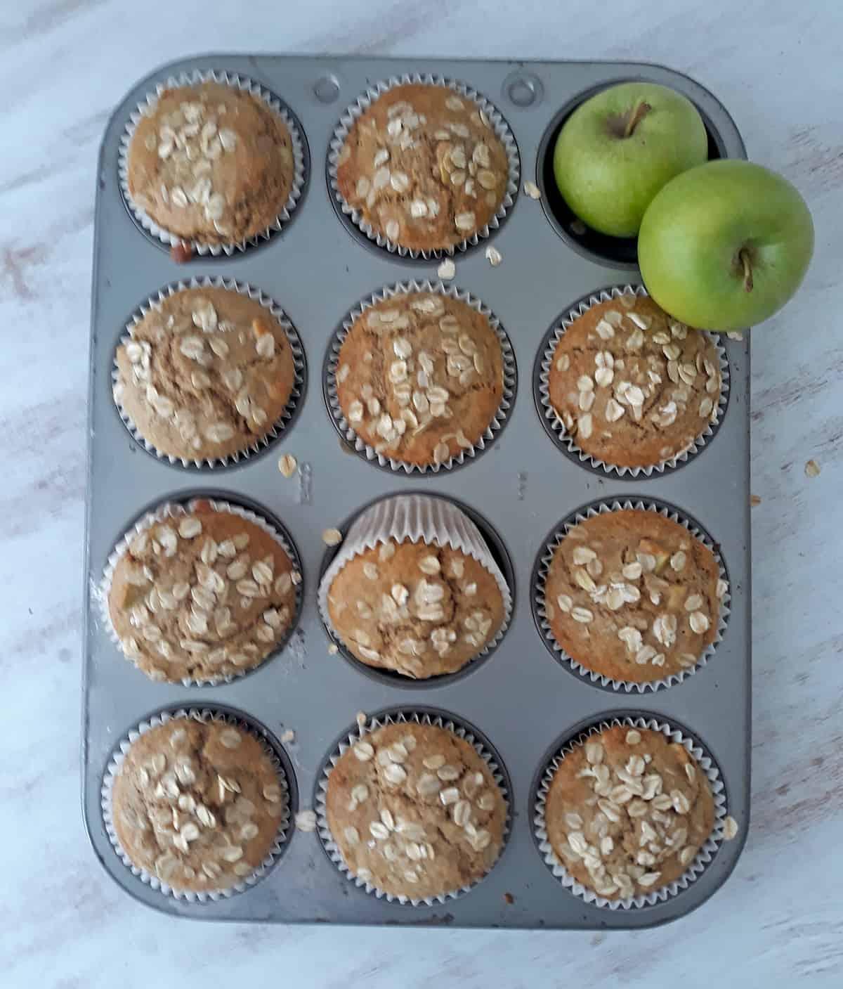 muffins de manzana en molde