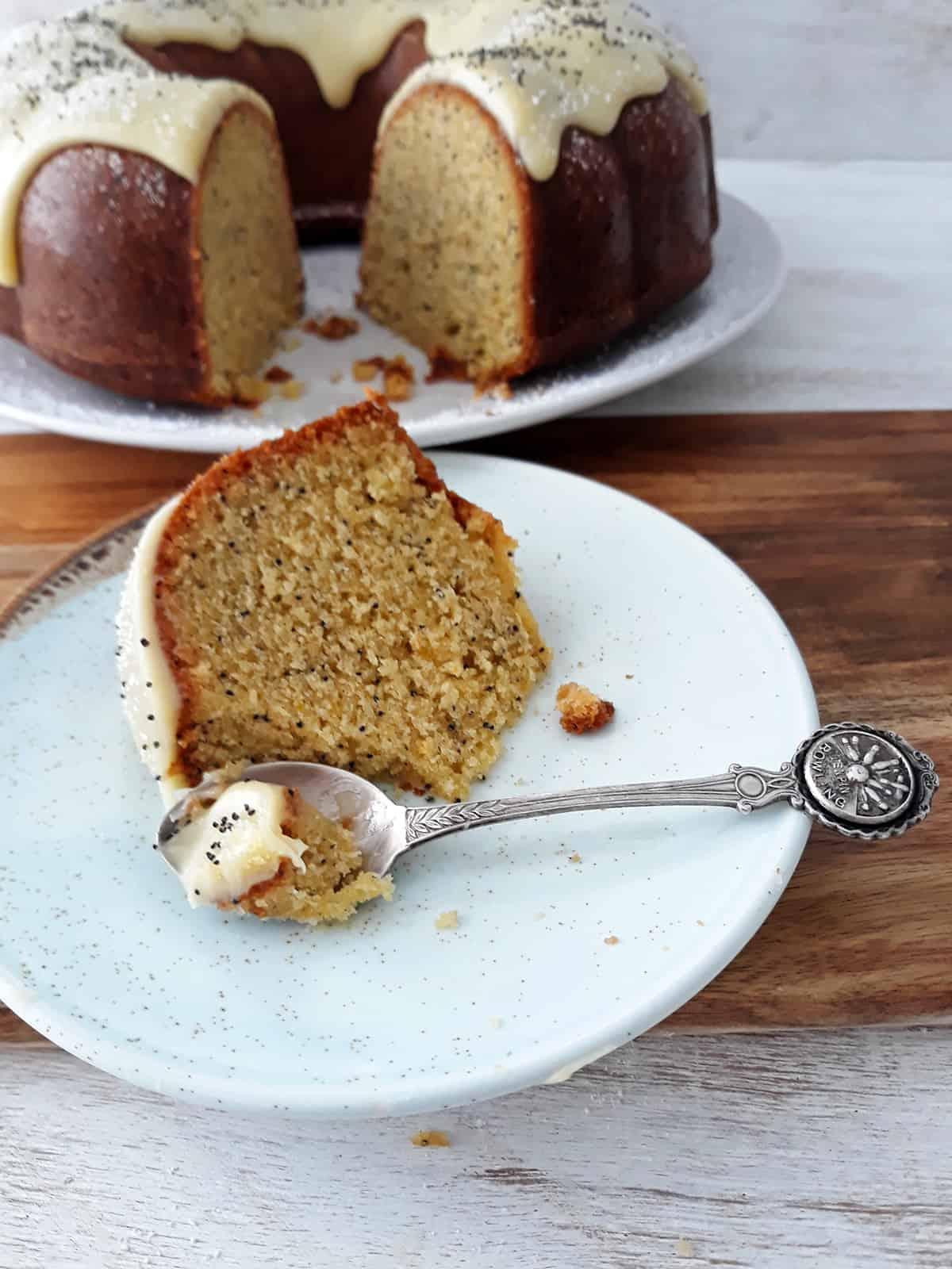porción torta de naranja y semillas de amapola
