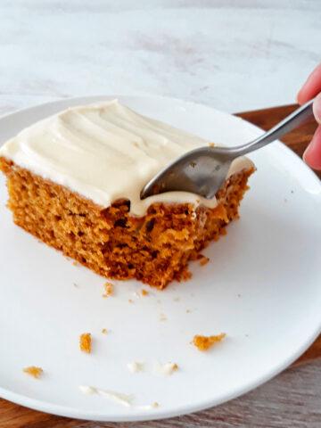 porción de torta de calabaza servida en un plato blanco