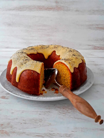 torta de semillas de amapola con una cuchara de madera