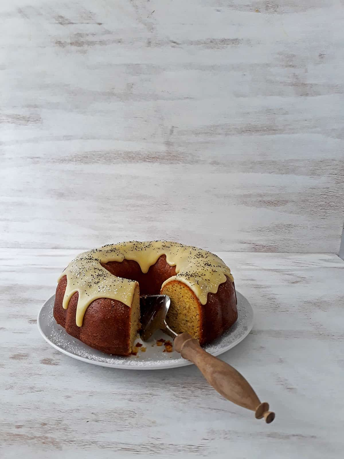 torta de naranja en un plato redondo con una espátula