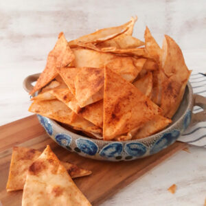 chips de pita servidos en un bol