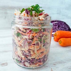 ensalada coleslaw en un frasco de vidrio