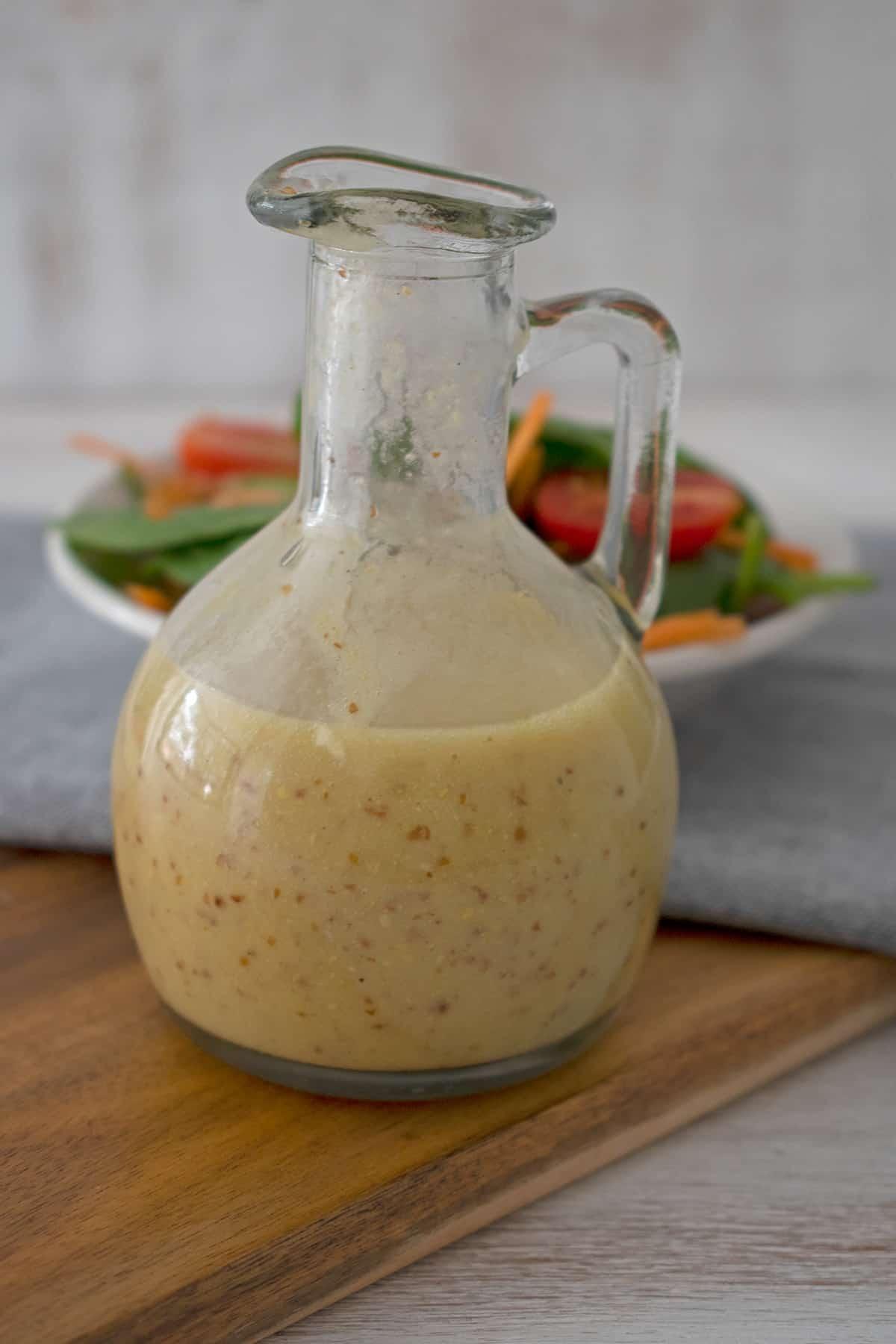 vinagreta o aderezo de mostaza en un frasco