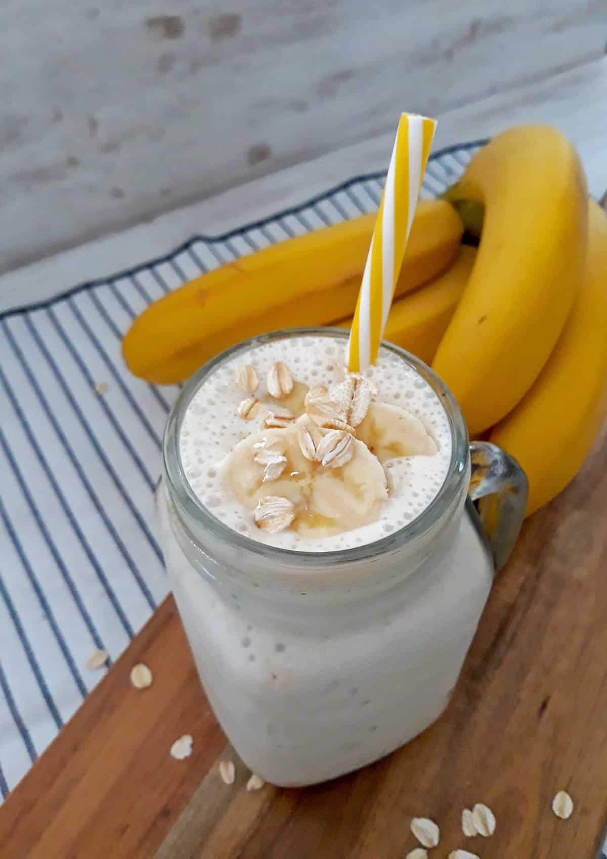 Smoothie de banana sobre una mesa