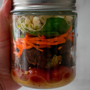 ensalada de falafels en un mason jar