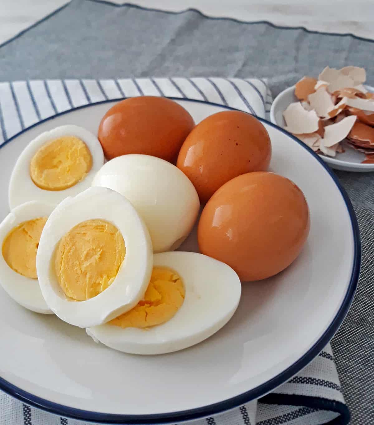 huevos cocidos en plato blanco