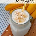batido de banana con un pitillo amarillo y blanco