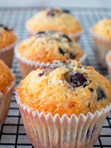 muffins de arándanos sobre una parrilla