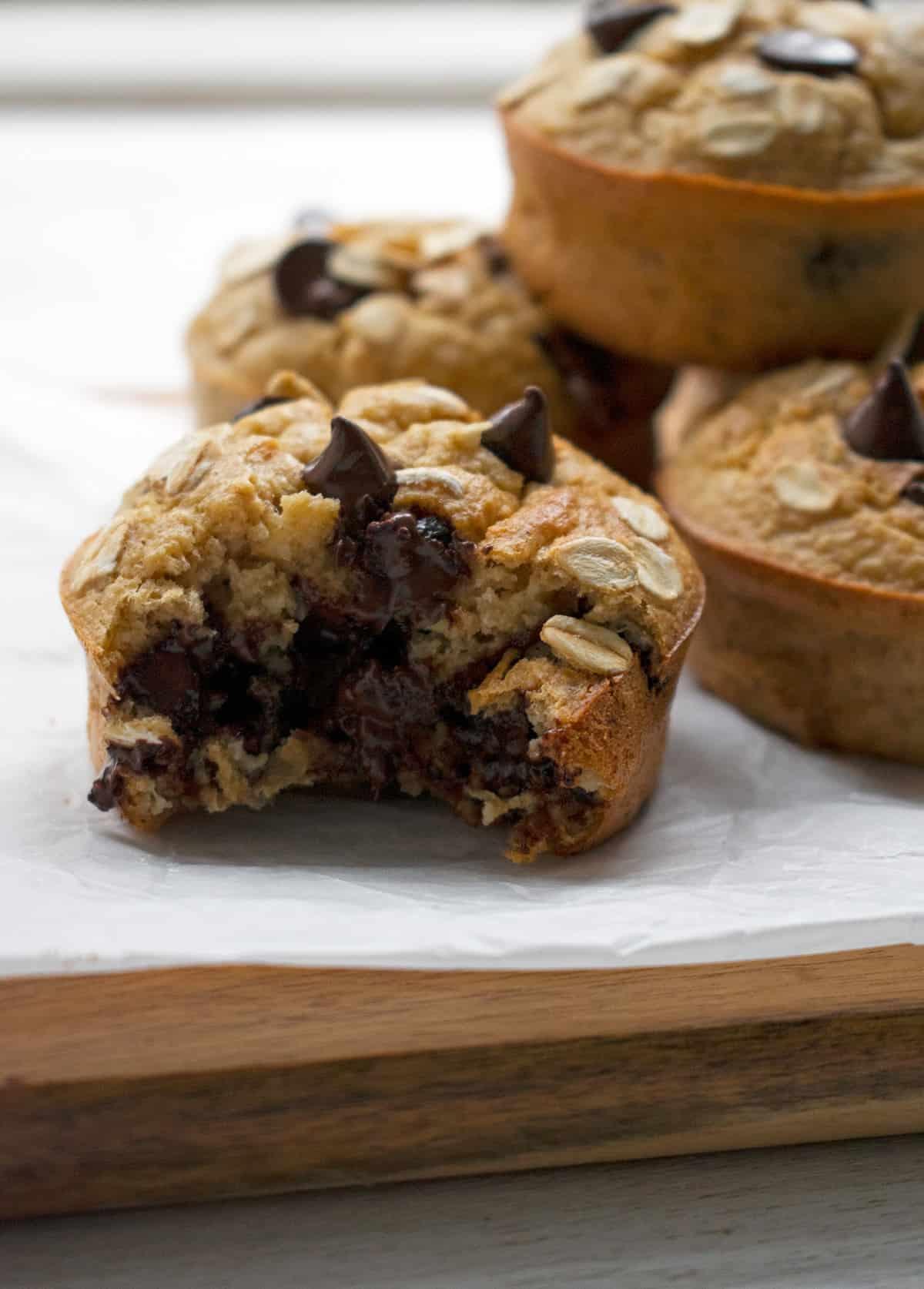 muffins de chispas de chocolate y banana sobre una mesa