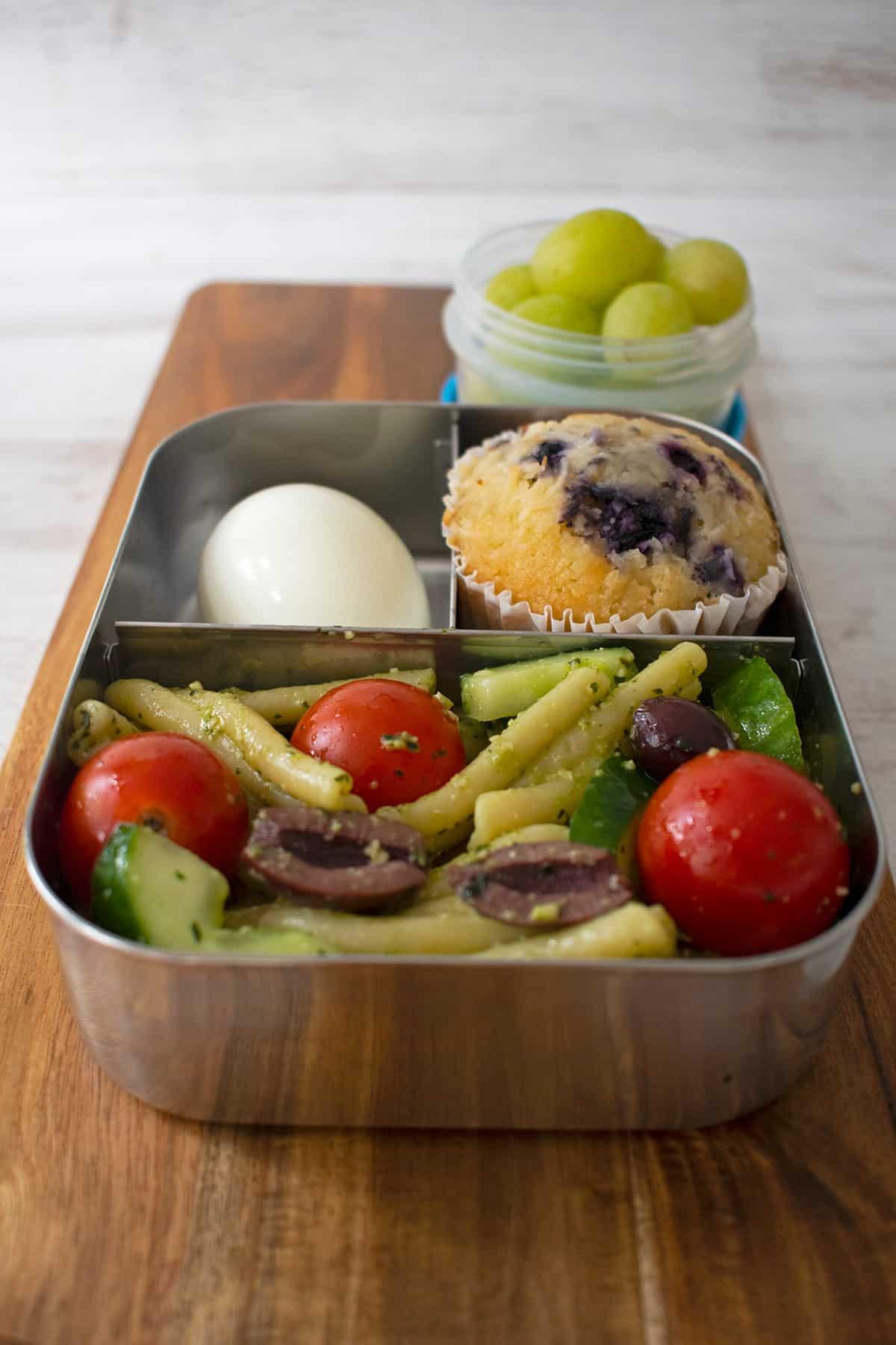 lunchbox para el colegio con ensalada, muffin y uvas