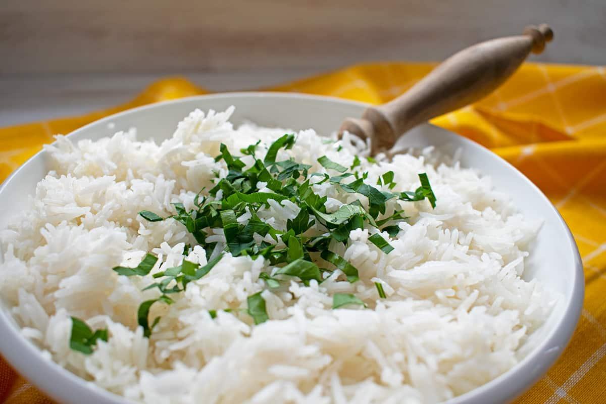 arroz basmati en un bol blanco