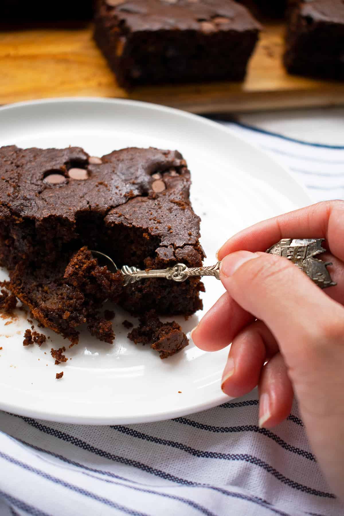 comiendo brownie de chocolate con una cuchara pequeña
