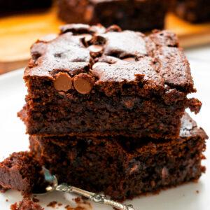 brownies servidos en un plato blanco