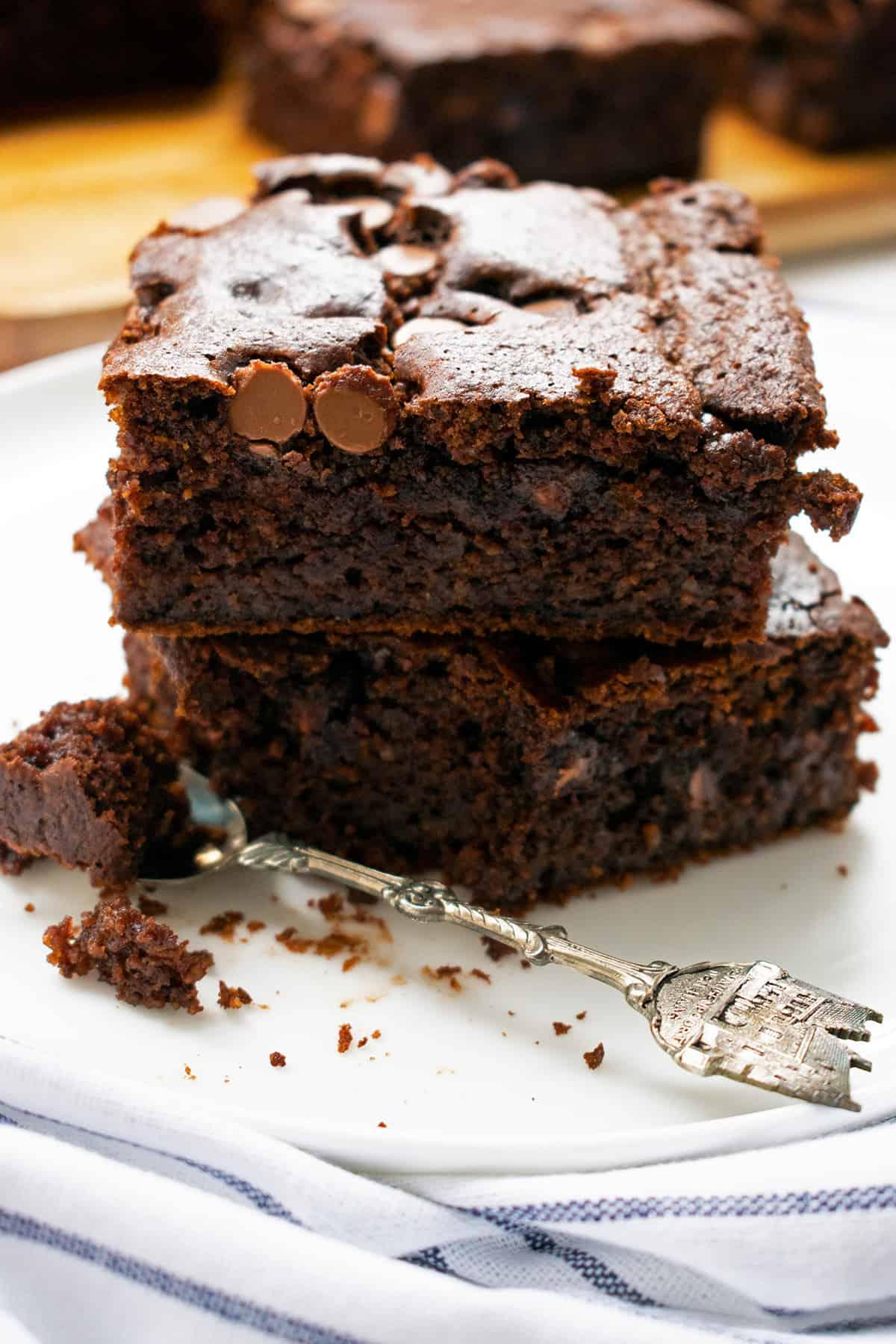 brownies de chocolate y calabaza servidos en un plato blanco