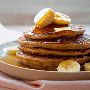 pancakes de avena con bananas y miel de agave