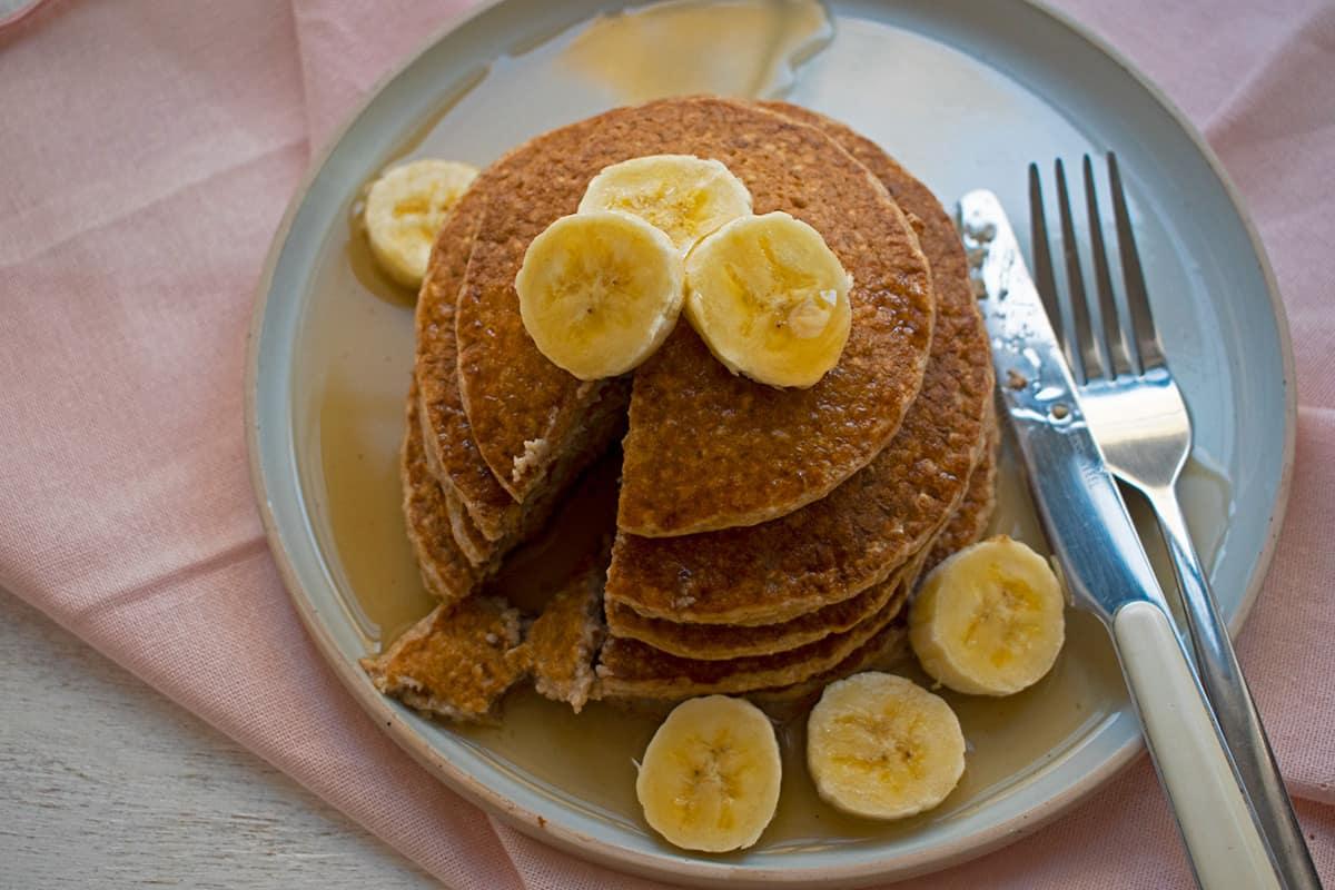 pancakes servidos con bananas y agave