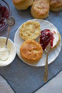 scones servidos con mermelada y crema