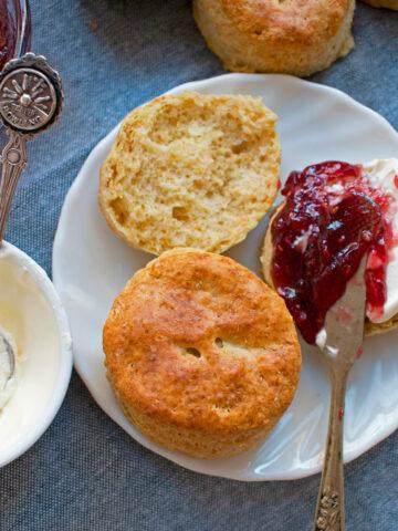 scones clásicos servidos con mermelada y crema