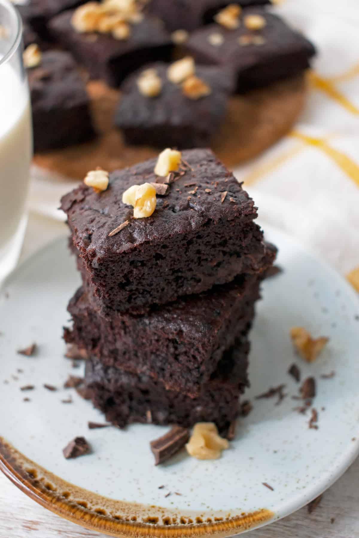 Brownies de frijol negro servidos en un plato redondo uno sobre otro