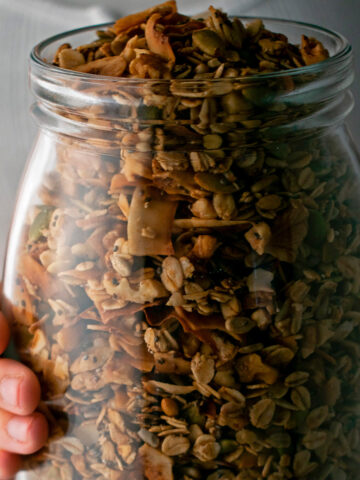 granola sin azúcar en un contenedor de vidrio