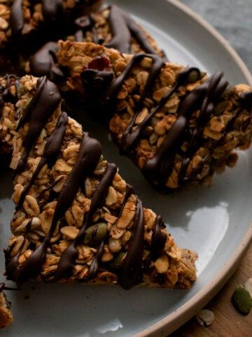 barritas de avena y chocolate servidas en un plato redondo
