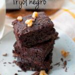 brownies de frijol negro servidos uno sobre otro en un plato redondo