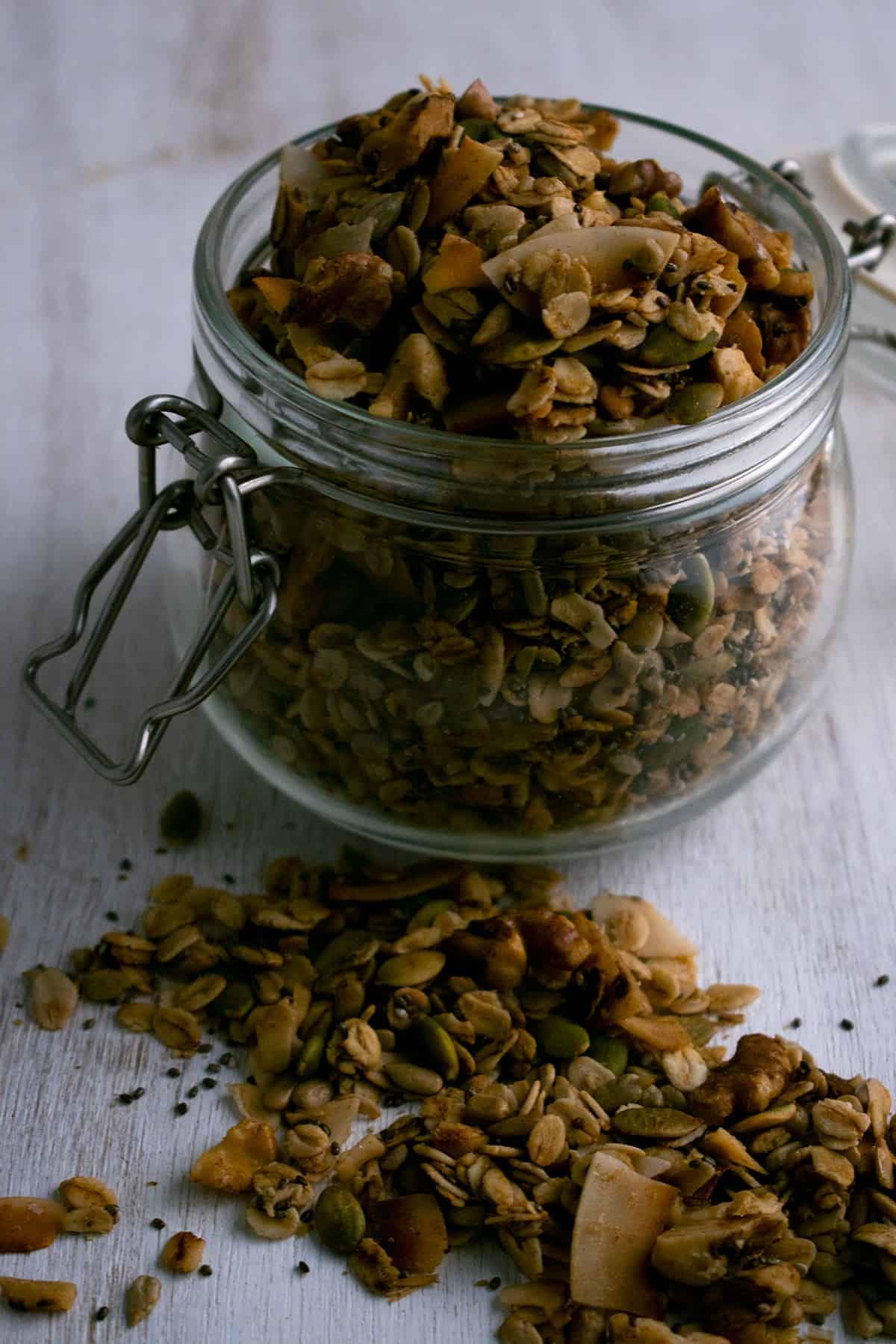 granola en un contenedor de vidrio sobre una mesa