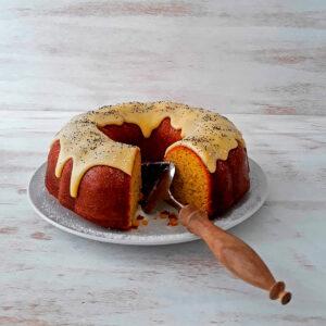 torta de naranja servida en un plato redondo
