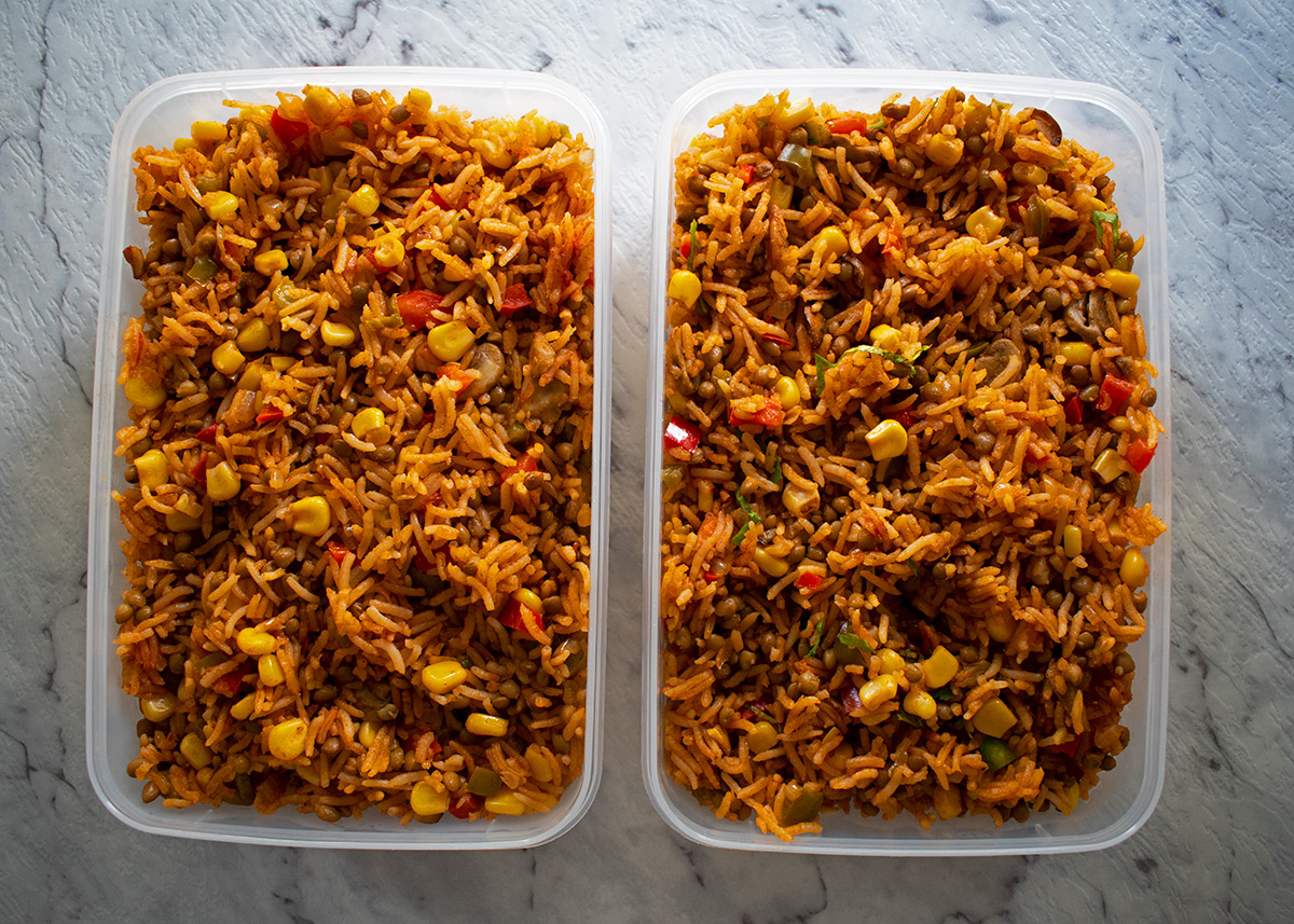 arroz pilaf en dos contenedores plásticos listos para almacenar en el refrigerador.
