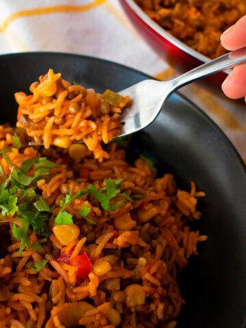 arroz pilaf servido en un plato negro