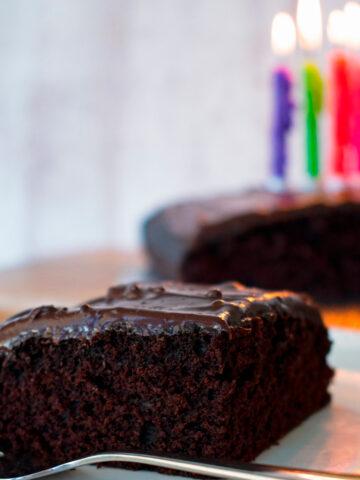 Depression cake | pastel de depresión servida en un plato blanco con un tenedor