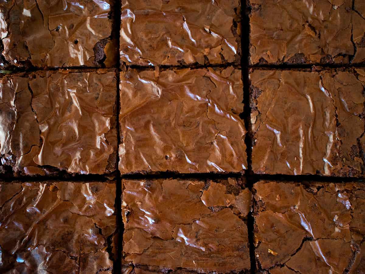 brownies cortados en cuadros pequeños.