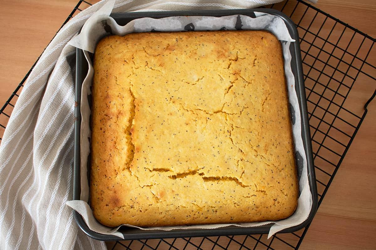 pan de maíz  en un molde acabado de salir del horno sobre una rejilla!