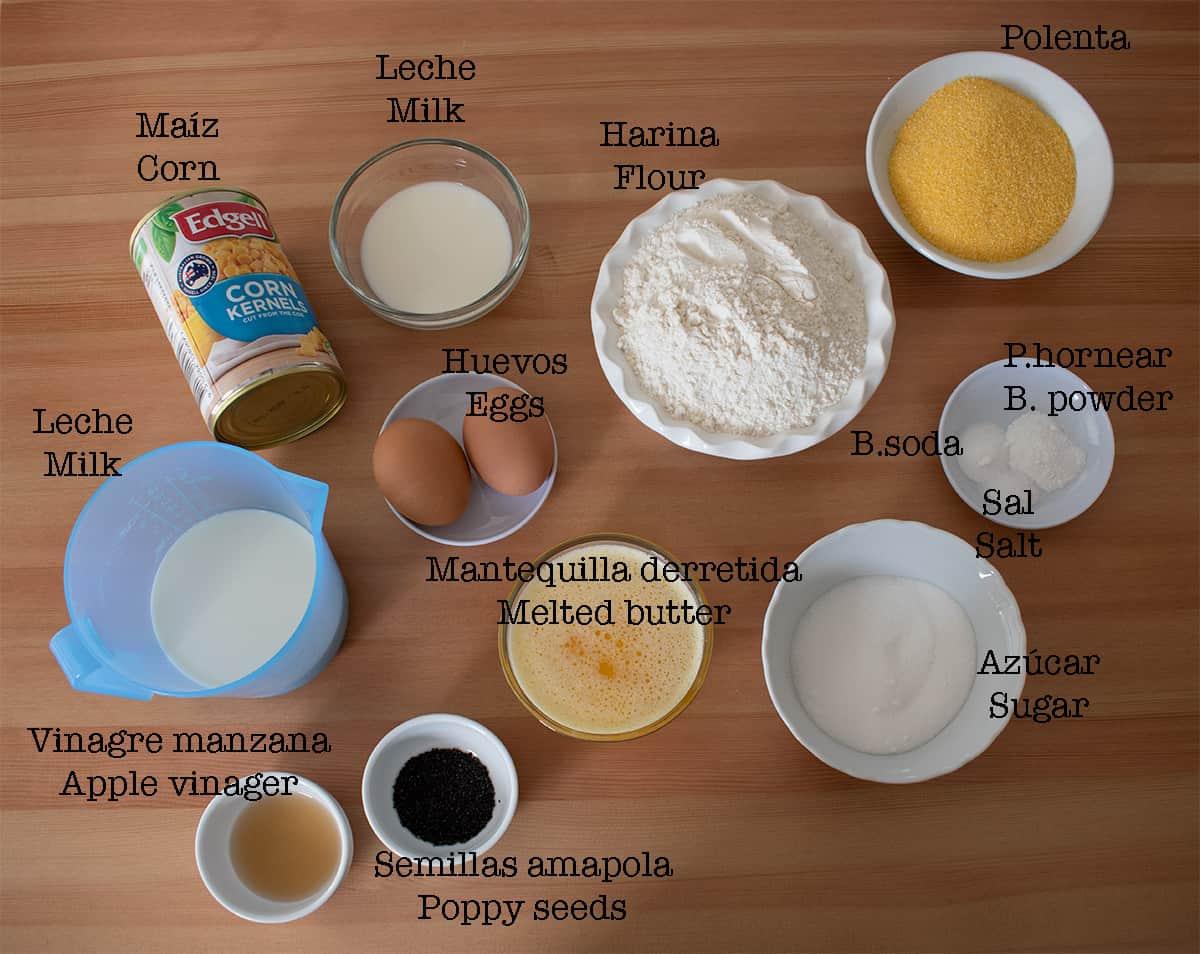 Ingredientes necesarios para preparar pan de maíz.