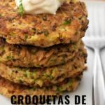 croquetas de quinoa y atún servidas una sobre otra en un plato blanco