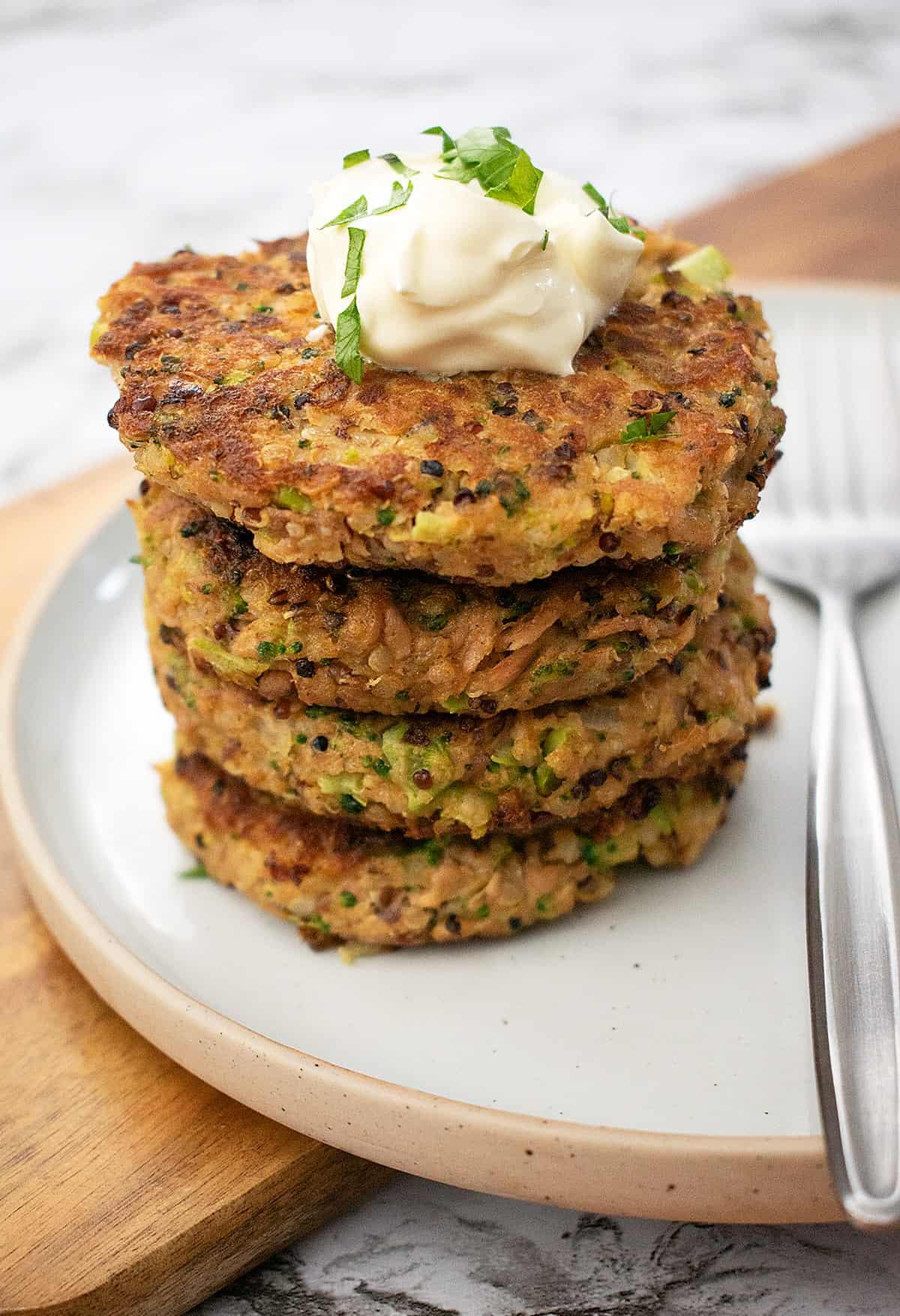 croquetas de quinoa y atún servidas una sobre otra sobre un plato blanco.