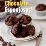 Muffins de chocolate servidos en un plato redondo sobre una mesa blanca