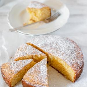 Torta o pastel de vainilla casero servido sobre una superficie blanca