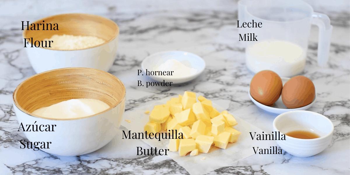 ingredientes para preparar un pastel o bizcocho de vainilla casero. Harina de trigo, azúcar, mantequilla, polvo de hornear, leche, huevos, esencia de vainilla.