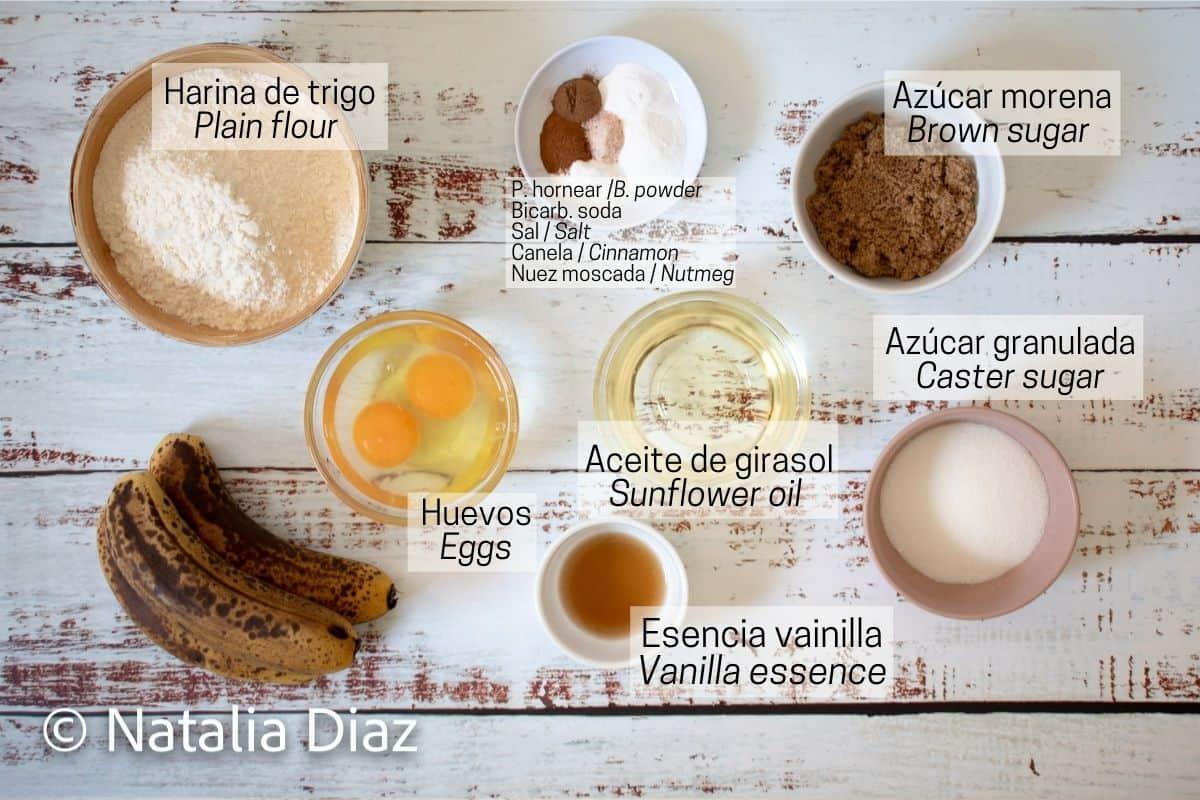 Ingredientes para preparar muffins de banana. Harina, huevos, bananas muy maduras, aceite de girasol, azúcar morena y azúcar blanca.