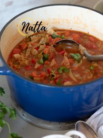 sopa de repollo y verduras servida en una olla azul