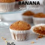 muffins de plátano sobre una mesa blanca.